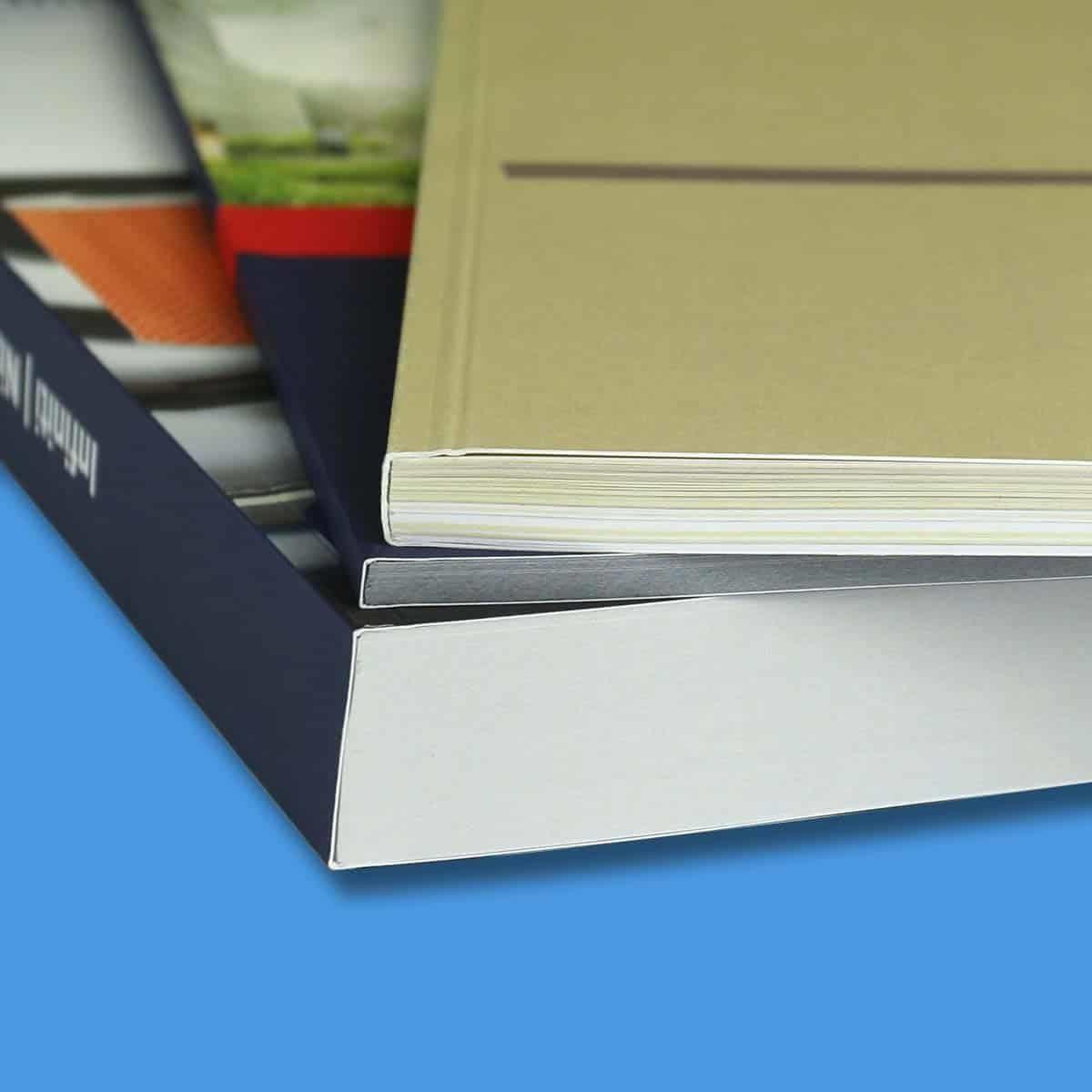 Eine Vergößerung unserer Buchbindung oder auch Softcoverbindung zeigt die sauber verarbeiteten Buchkanten