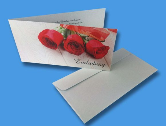 Klappkarte bzw. Einladungskarte mit passenden Umschlägen.