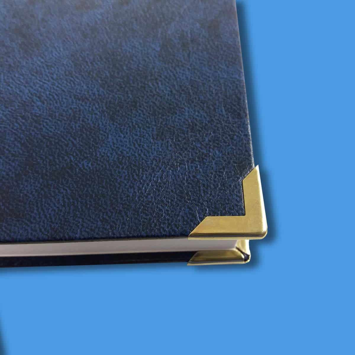 Hardcover in blau mit Buchecken in gold