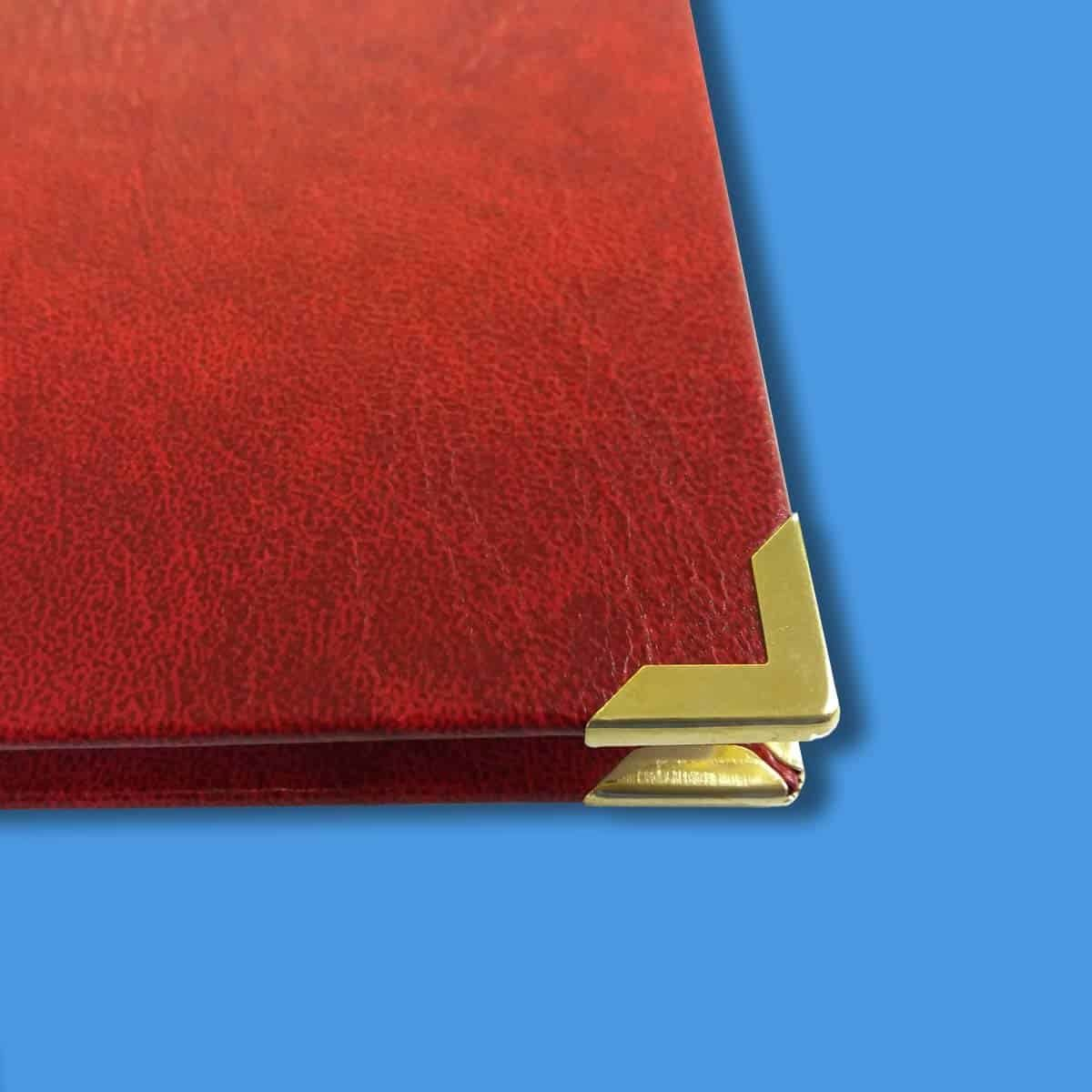 Hardcover in rot mit Buchecken in gold