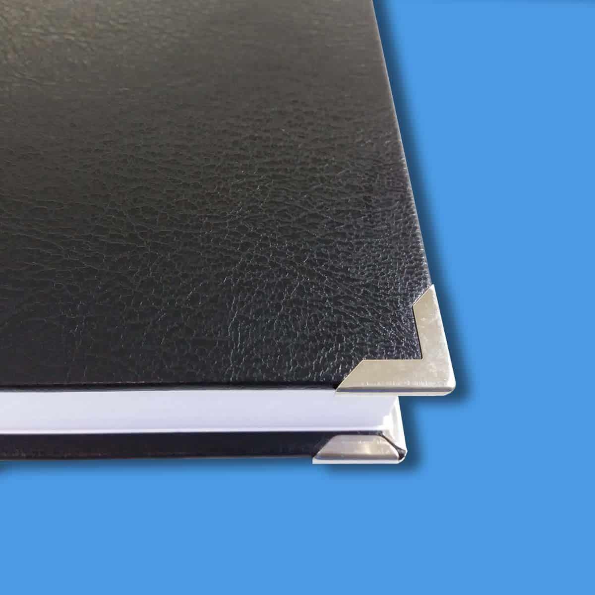 Hardcover in schwarz mit Buchecken in silber
