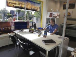 Gerne beraten wir Sie persönlich. Unser Beratungstisch ist durch eine extra klare Plexigalsscheibe getrennt.